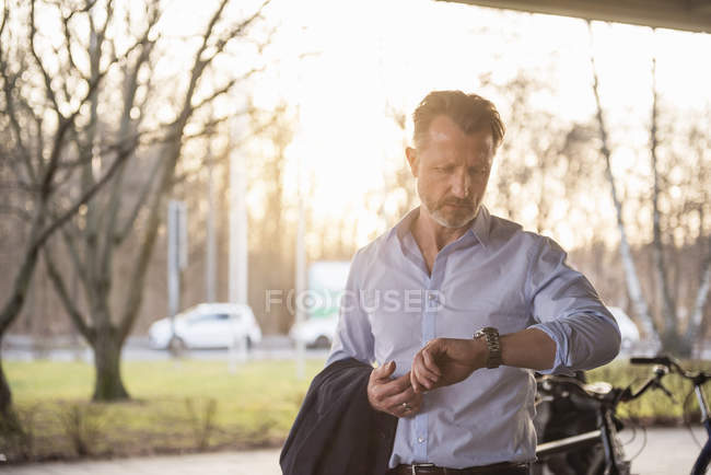 Человек, проверка времени — стоковое фото