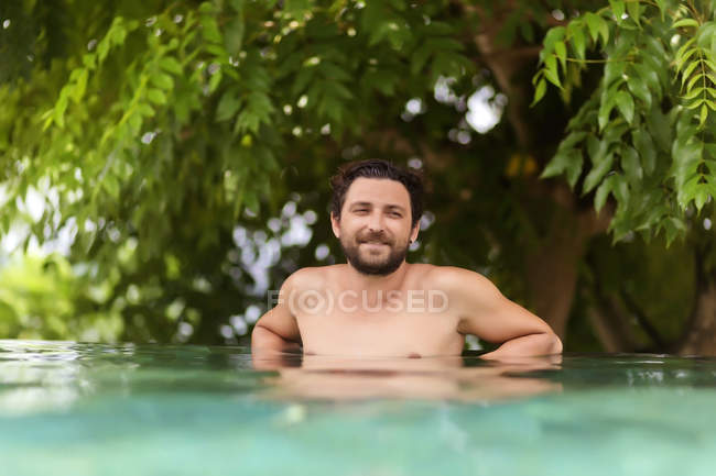 Mann im Schwimmbad entspannen — Stockfoto