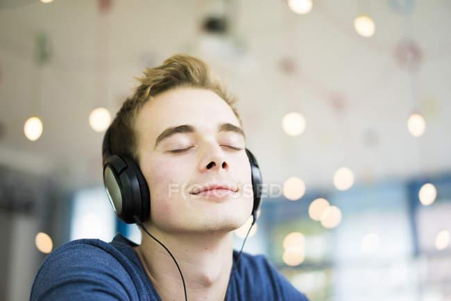 Man listening music with headphones — Stock Photo