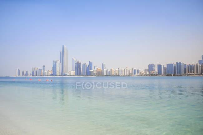 UAE, skyline of Abu Dhabi at the waterfront — Stock Photo