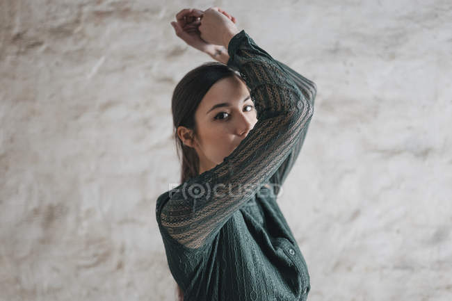 Donna che alza le braccia — Foto stock