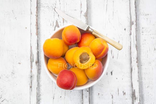 Abricots frais dans un bol — Photo de stock