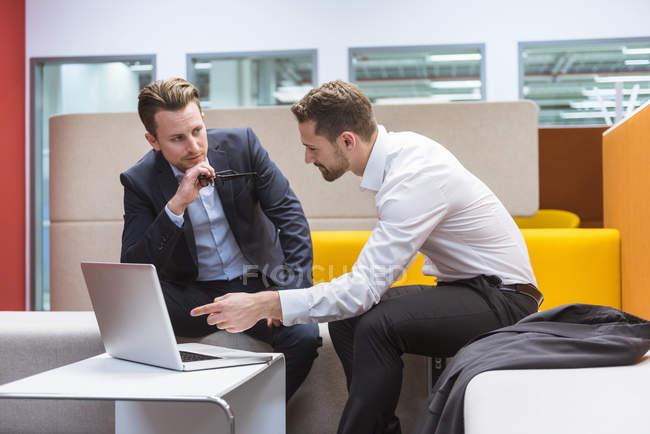 Unternehmer im Gespräch Grube sitzen — Stockfoto