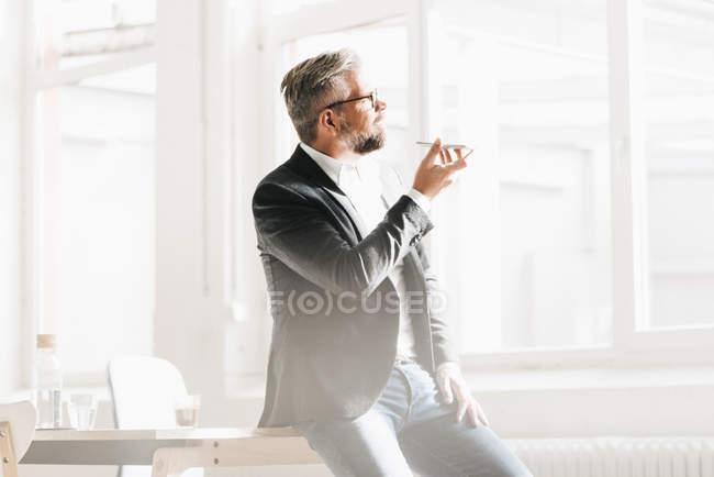 Correo de voz habla de hombre de negocios - foto de stock