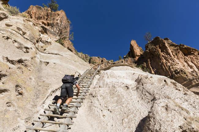 USA, Nuovo Messico, Frijoles Canyon, Bandelier National Monument, Rovine e kiva ricostruito del popolo Pueblo ancestrale, turista su scala verso Alcove House — Foto stock