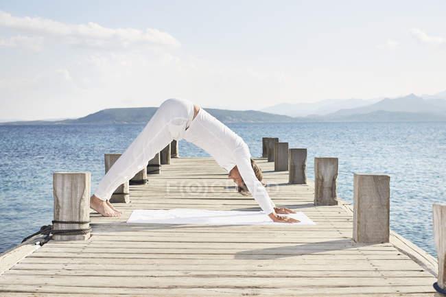Hombre haciendo ejercicio de yoga - foto de stock