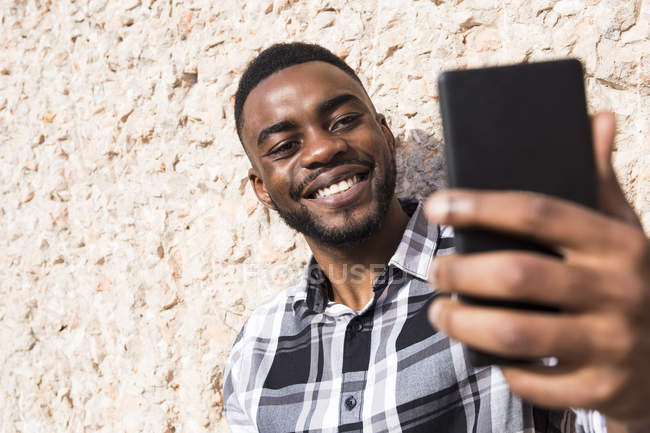 Lächelnde junge Mann unter selfie — Stockfoto