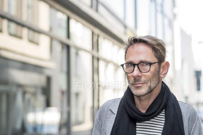Mann auf der Straße in der Stadt — Stockfoto