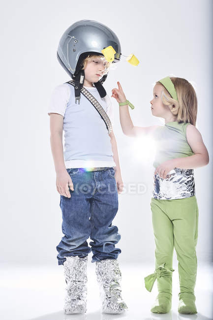 Girl and boy dressed as alien and spaceman — Stock Photo