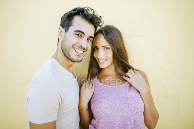 Smiling couple looking at camera — Stock Photo