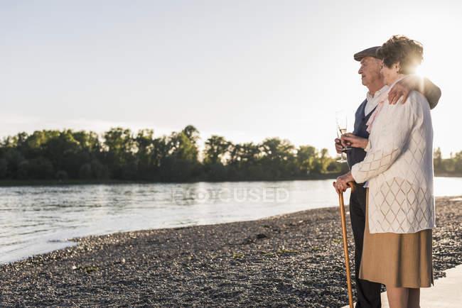 Старший пара, стоячи на пляжі — стокове фото