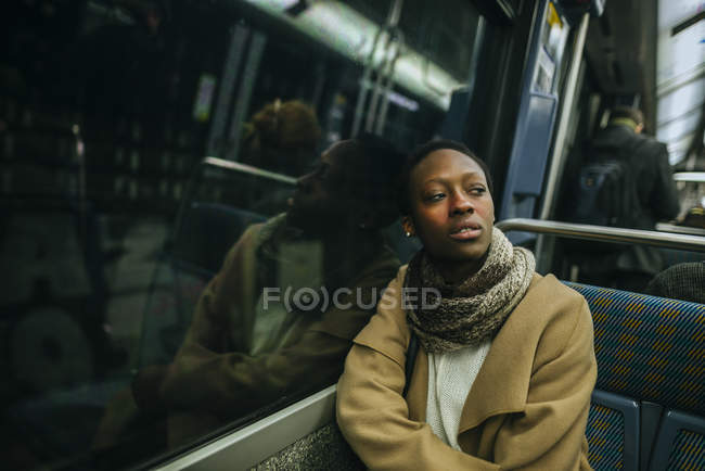 Femme en train souterrain — Photo de stock