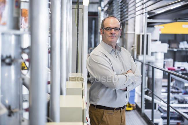 Менеджер шукає над заводу — стокове фото