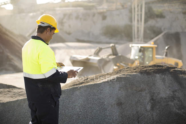 Worker standing at quarry — Stock Photo