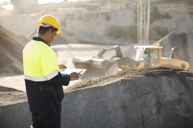 Arbeiter im Steinbruch stehend — Stockfoto
