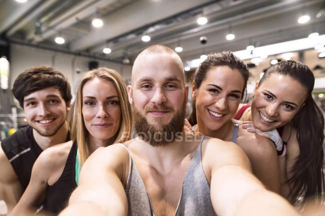 Atletas que tomam selfies no ginásio — Fotografia de Stock