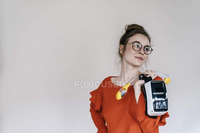 Femme tenant le tuba et les verres de Vr — Photo de stock