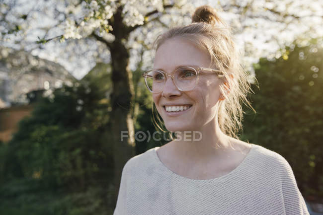 Heureuse femme blonde dans le jardin — Photo de stock