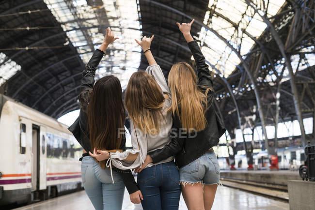 Three women standing on platform — Stock Photo