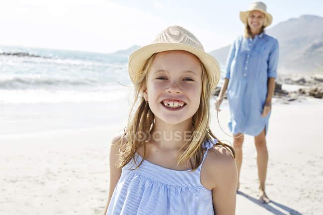 Mutter und Tochter spazieren am Strand — Stockfoto