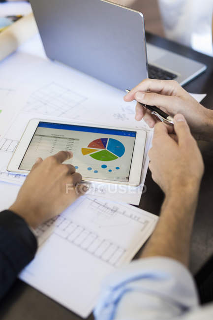 Colleagues analyzing data — Stock Photo