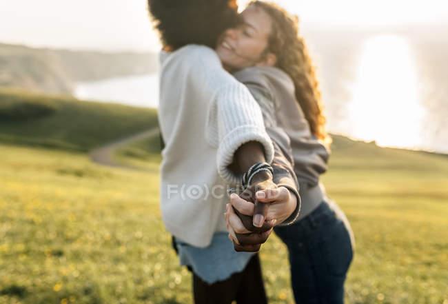 Zwei beste Freundinnen, die Hand in Hand — Stockfoto