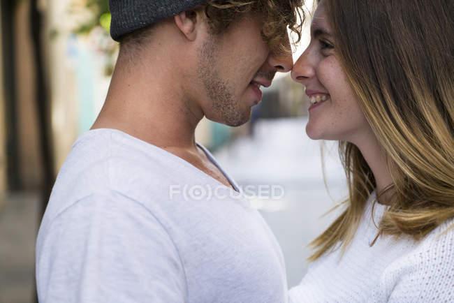 Paar in der Stadtstraße — Stockfoto