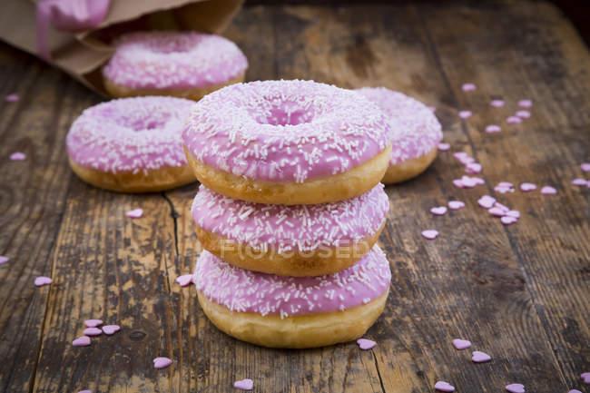 Donuts com cobertura rosa — Fotografia de Stock
