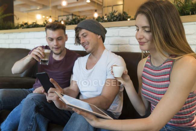 Amigos de tablet e celular — Fotografia de Stock