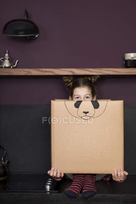 Mädchen im Karton — Stockfoto