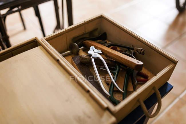 Дерев'яний ящик з шевця інструменти — стокове фото