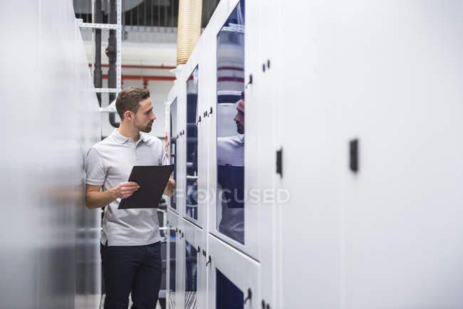 Mann untersucht das System — Stockfoto