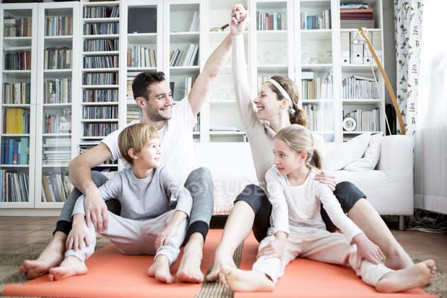 Familia feliz haciendo gimnasia - foto de stock