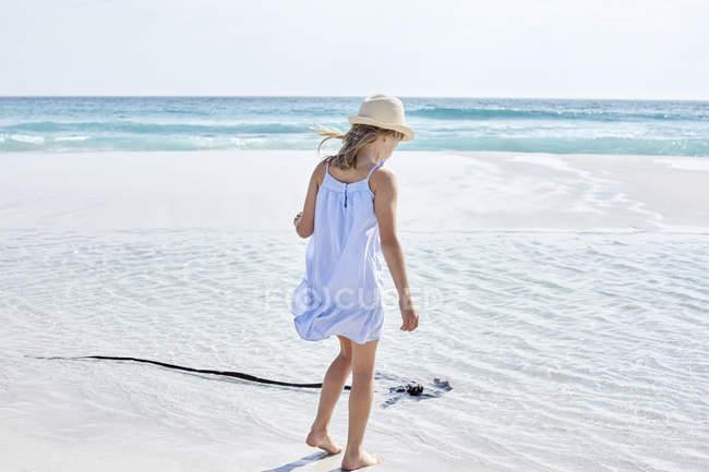 Ragazza a piedi sulla spiaggia — Foto stock
