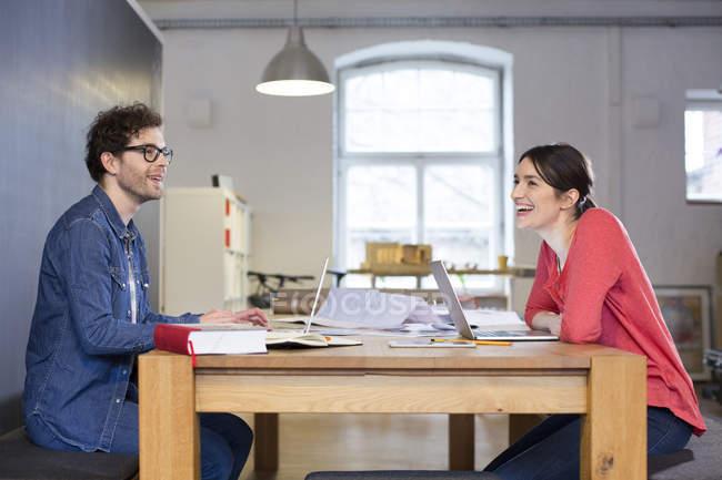 Mann und Frau arbeiten an Projekt — Stockfoto