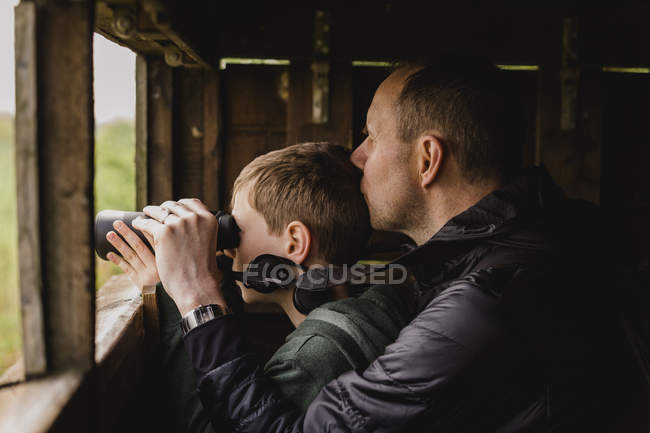 Boy and father with binoculars — Stock Photo