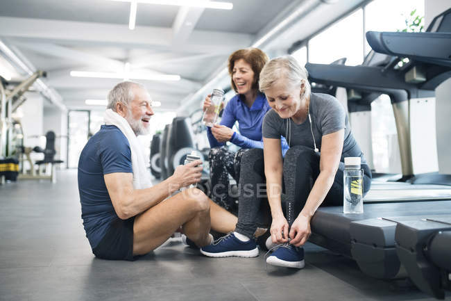 Fit seniors resting in gym — Stock Photo