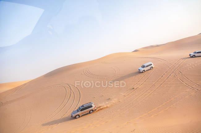 Emiratos Árabes Unidos, vehículos campo a través en un viaje en el desierto entre Abu Dhabi y Dubai - foto de stock