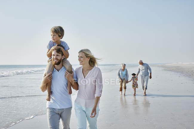 Balade en famille sur la plage — Photo de stock