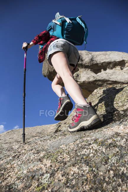 Mulher caminhadas em rochas — Fotografia de Stock