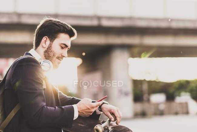 Человек проверяет мобильный телефон — стоковое фото