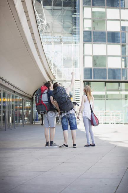 Giovani che viaggiano con gli zaini, esplorare Berlino — Foto stock
