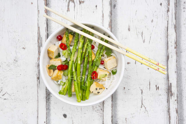 Schüssel mit veganem Pad Thai — Stockfoto