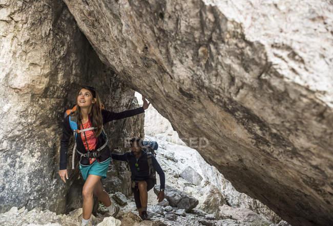 Amigos subir las rocas en las montañas - foto de stock