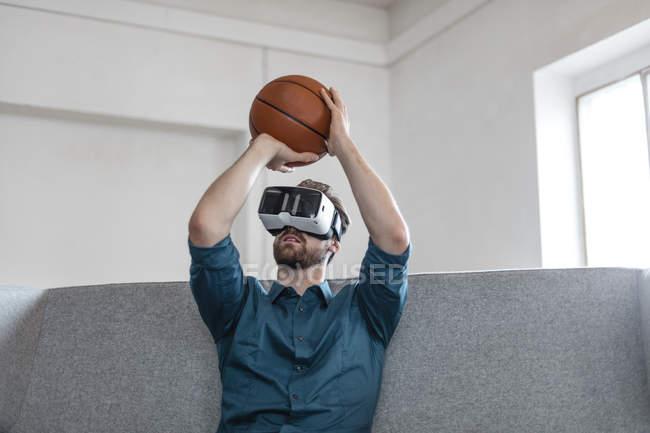 Hombre usando gafas de realidad virtual - foto de stock