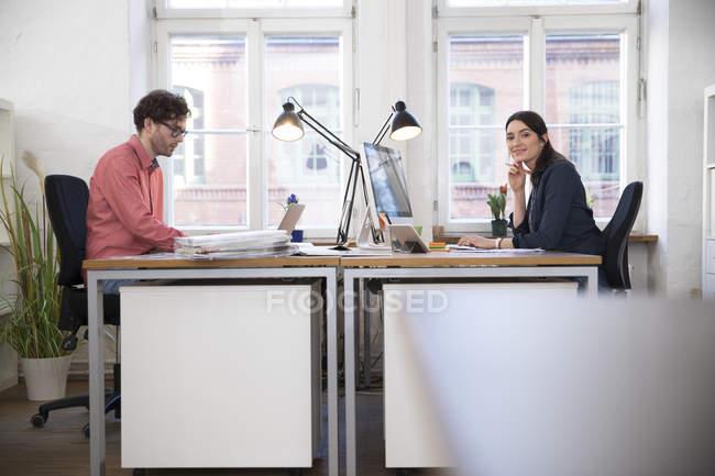 Homme et femme qui travaillent — Photo de stock
