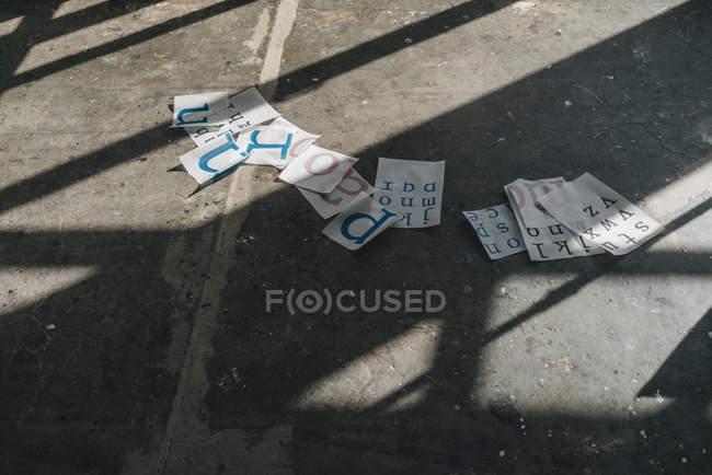 Шаблоны сценариев на полу — стоковое фото