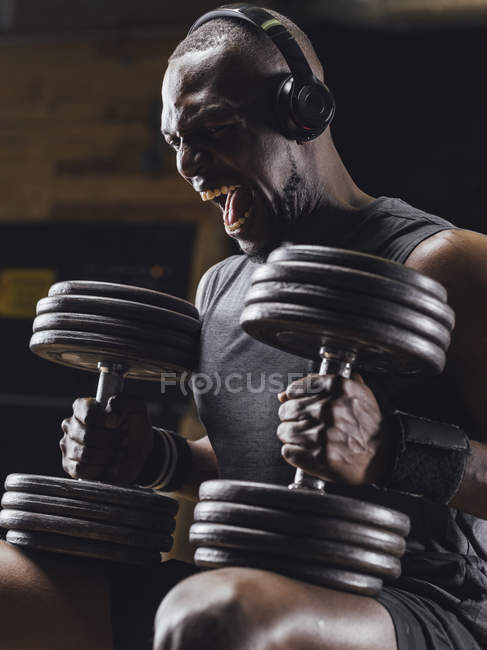 Athlete training mit Hanteln — Stockfoto