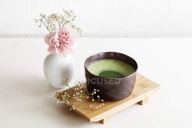 Schale Matcha Tee am Schreibtisch aus Holz — Stockfoto