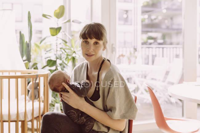 Mother holding newborn baby — Stock Photo